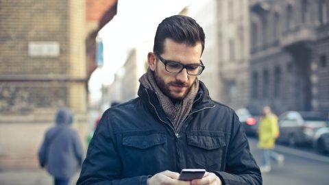 """Heads Up! Android al lavoro per """"risvegliare"""" gli zombie da smartphone in giro per le nostre strade"""